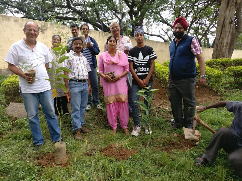 Alumni team group up before planting the saplings